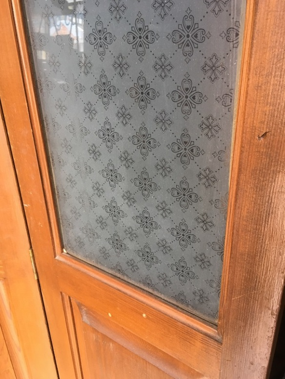 salvaged, recycled, demolition, reproduction, restoration, home renovation secondhand, used , original, old, reclaimed, heritage, antique, victorian, art nouveau edwardian, georgian, art decoDetail of etched glass in Bi -Fold doors